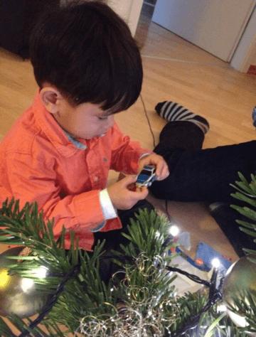 Erstes Spielzeugauto zu Weihnachten für unser Adoptivkind