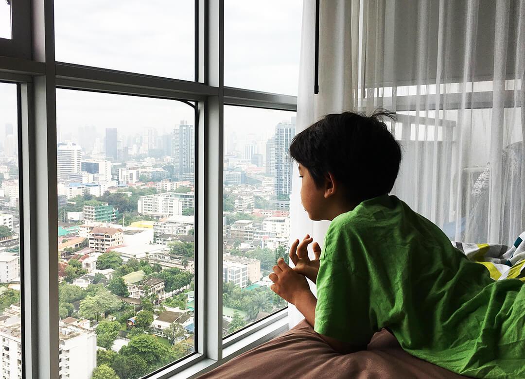 Kind aus dem Ausland adoptieren - Thaio ist nachdenklich