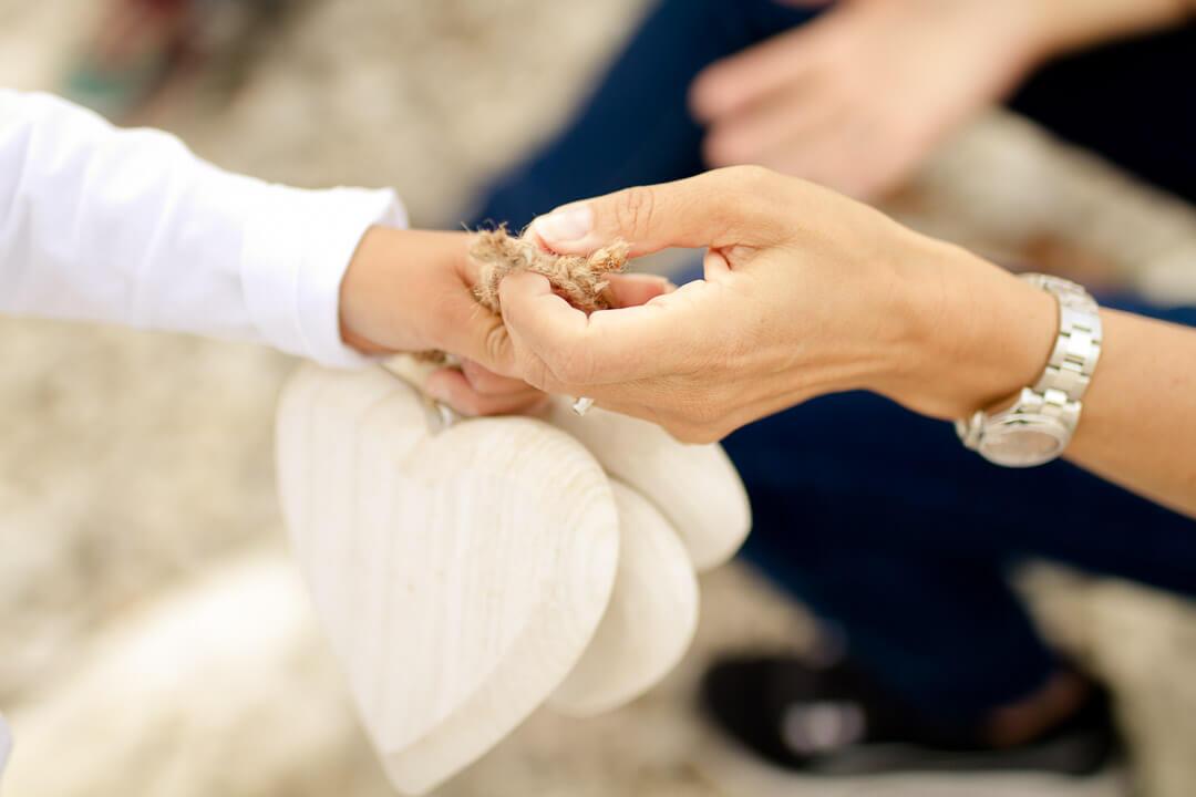 Kinderwunsch - Mutter reicht Adoptivkind die Hand