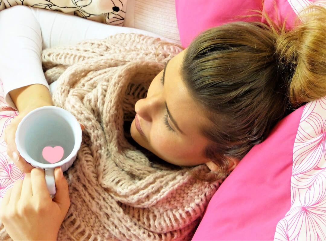 Wunschkinder - Frau liegt im Bett wegen Bauchspiegelung
